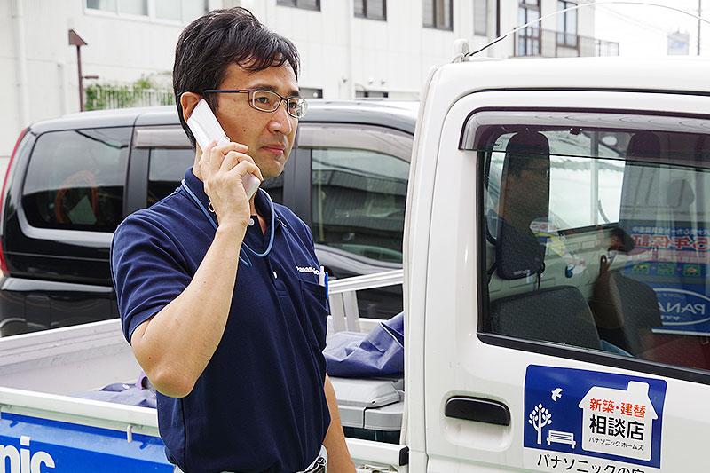 電話対応するスタッフ